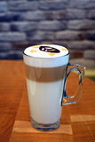 Köstlicher Latte Macchiato auf Glasschale Stockbilder