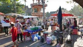 Köstlicher Lebensmittelstall und durchstreifende Leute im bunten Wochenendenstraßenmarkt bei Nong Khai, stock footage