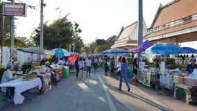 Köstlicher Lebensmittelstall und durchstreifende Leute im bunten Wochenendenstraßenmarkt bei Nong Khai, stock video