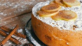 Köstlicher Lebkuchenapfelkuchen Charlotte Traditioneller Zimt und Apfelkuchen pulverisierten reich Puderzucker stock footage
