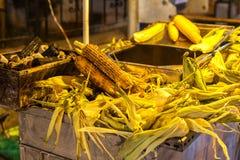 Köstlicher Mais gekocht im hölzernen Feuer lizenzfreie stockbilder
