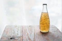 Köstlicher multifruit Saft in einer Flasche Lizenzfreie Stockfotografie
