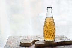 Köstlicher multifruit Saft in einer Flasche Stockbild