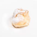 Köstlicher Nachtisch des Eclair mit Sahne und Zuckerglasur Stockfotografie