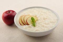 Köstlicher Nachtisch, Reispudding mit Äpfeln Lizenzfreie Stockfotos
