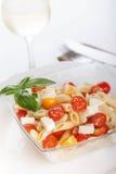 Köstlicher Nudelsalat mit frischen mozarella und Kirschtomaten, Basilikum Lizenzfreies Stockbild