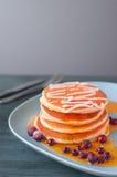 Köstlicher Pfannkuchenstapel mit neuen Blaubeeren und Bratenfett mapl Stockbild