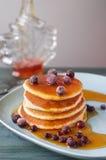 Köstlicher Pfannkuchenstapel mit neuen Blaubeeren und Bratenfett mapl Lizenzfreies Stockfoto