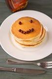 Köstlicher Pfannkuchenstapel mit neuen Blaubeeren und Bratenfett mapl Lizenzfreie Stockfotografie