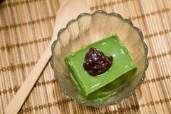 Köstlicher Pudding des grünen Tees mit roter Bohne lizenzfreie stockfotos
