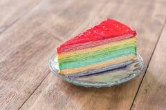 Köstlicher Regenbogenkuchen auf Platte Stockfotografie