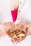 Köstlicher süßer kleiner Kuchen in den menschlichen Händen gluttony lizenzfreie stockfotos