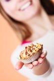 Köstlicher süßer kleiner Kuchen in der menschlichen Hand gluttony stockfotos