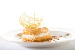 Köstlicher sahniger Nachtisch mit Karamellspitze Stockbild