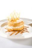 Köstlicher sahniger Nachtisch mit Karamellspitze Stockbilder