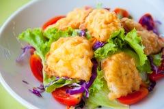 Köstlicher Salat mit Fischen und Gemüse Stockfotos