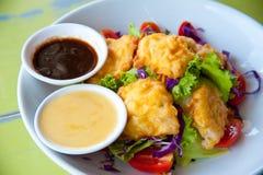 Köstlicher Salat mit Fischen und Gemüse Lizenzfreies Stockfoto