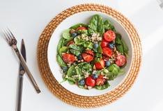 Köstlicher Salat mit Quinoa, Tomaten und Spinat, Draufsicht stockbild