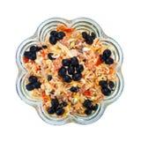 Köstlicher Salat mit Schinken, Käse und schwarzen Oliven Stockbild