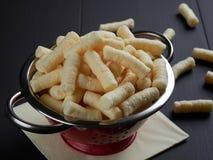 Köstlicher salziger Mais stößt der Snack luft, auch bekannt auf Rumänisch als pufuleti stockbilder