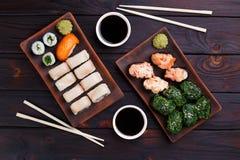 Köstlicher Satz gunkan und maki Sushi diente mit traditionellem s Lizenzfreie Stockbilder