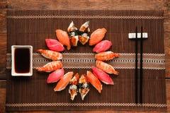 Köstlicher Satz nigiri Sushi kreisen, Ebenenlage ein Stockbilder