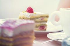 Köstlicher schauender Nachtischkuchen mit Himbeeren und Pistazie stockfoto