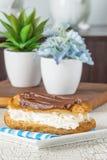 Köstlicher Schokolade Eclair Stockfotografie