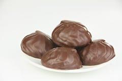Köstlicher Schokoladeneibisch auf Platte auf Weiß stockfotos