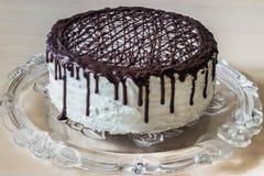 Köstlicher Schokoladenkuchen mit sahniger Creme Stockfoto