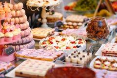 Köstlicher Schokoriegel mit Kuchen, Kuchenknallen, coucakes und anderen Bonbons stockbilder