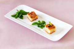 Köstlicher selbst gemachter Grießkuchen mit Nüssen auf weißer Platte lizenzfreies stockfoto