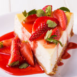 Köstlicher selbst gemachter Käsekuchen mit Erdbeeren stockfoto