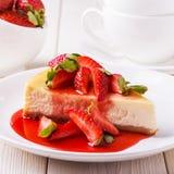 Köstlicher selbst gemachter Käsekuchen mit Erdbeeren lizenzfreies stockbild