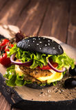Köstlicher selbst gemachter Schwarzburger des strengen Vegetariers mit zwei Kichererbsenkoteletts, -tomaten, -käse, -zwiebel und  lizenzfreie stockbilder