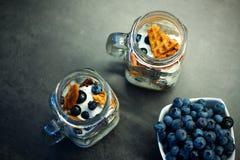 Köstlicher selbst gemachter Waffelsnack mit Blaubeeren und Jogurt im Weckglas Lizenzfreie Stockfotografie