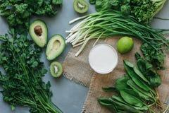 Köstlicher Smoothie Suppe des grünen Lebensmittels lizenzfreie stockfotografie
