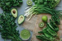 Köstlicher Smoothie Suppe des grünen Lebensmittels stockfotografie