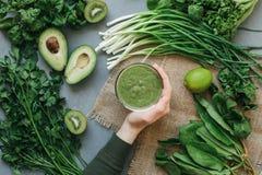 Köstlicher Smoothie Suppe des grünen Lebensmittels stockfoto
