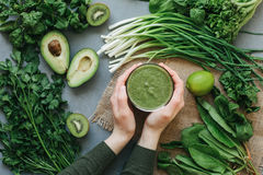 Köstlicher Smoothie Suppe des grünen Lebensmittels lizenzfreies stockbild