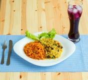 Köstlicher Teller gemacht von zwei Arten Reis auf einer weißen Platte und einem a Stockbild