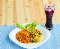 Köstlicher Teller gemacht von zwei Arten Reis auf einer weißen Platte und einem a Stockbilder