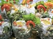 Köstlicher Teller Meeresfrüchtecocktail verziert mit Zitronenscheiben Lizenzfreies Stockfoto
