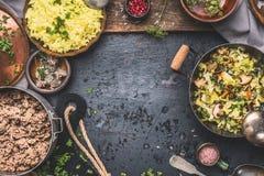 Köstlicher Teller mit gedämpftem gehacktem Kohl und Pilze, gelber Reis und Hackfleisch auf dunklem Hintergrund, Draufsicht Stockfoto