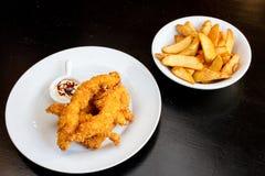 Köstlicher und knusperiger Fried Chicken mit Fried Potatoes und Soße lizenzfreie stockfotos