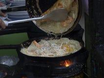 Köstlicher vietnamesischer wohlschmeckender Pfannkuchen gebraten auf heißer Wanne mit Ofen stockfoto