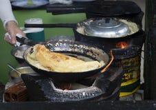Köstlicher vietnamesischer wohlschmeckender Pfannkuchen gebraten auf heißer Wanne mit Ofen lizenzfreies stockbild