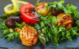 Köstlicher warmer Salat des Kopfsalates, des Spargels und der Kamm-Muscheln Lizenzfreie Stockbilder