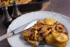 Köstliches Abendessen gebratene Kartoffeln mit Huhn Lizenzfreies Stockfoto