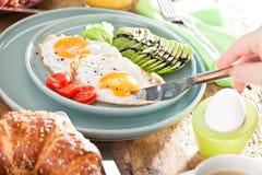 Köstliches amerikanisches Frühstück mit Spiegelei, Avocado, orange juse lizenzfreie stockfotografie